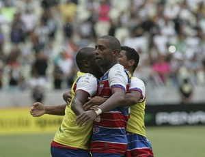 Robert comemoração Fortaleza x Ceará (Foto: Bruno Gomes/Agência Diário)