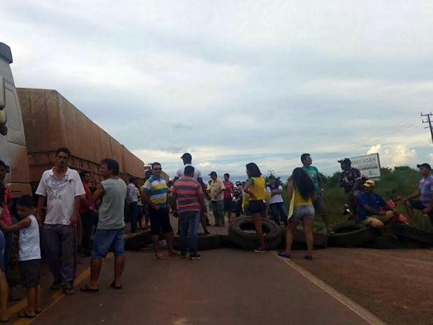 Protesto de manifestantes na BR-163 em Guarantã do Norte, Mato Grosso. 2 (Foto: Assessoria/PRF)