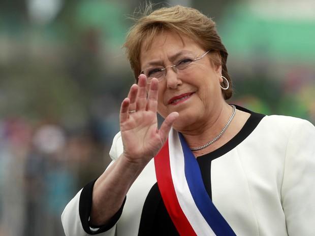 A presidente do Chile, Michelle Bachelet, acena para multidão antes do início de desfile militar em Santiago, no dia 19 de setembro, durante as comemorações do 205º aniversário da independência chilena (Foto: AFP Photo/Claudio Reyes)