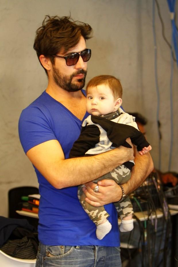 Sandro Pedroso com o filho, Noah (Foto: Marcos Ferreira/Brazil News)