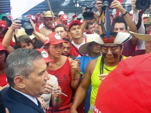 O ministro da Secretaria Geral, Gilberto Carvalho, recebe em frente ao Palácio do Planalto carta com reivindicações do MST (Foto: Juliana Braga / G1)