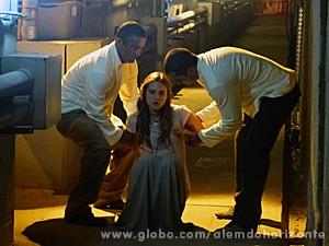 Lili se desespera quando seguranças a rendem (Foto: Além do Horizonte/TV Globo)