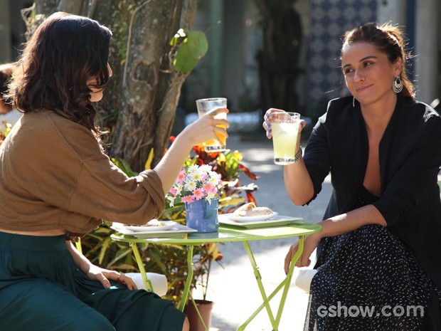 Clara e Marina comemoram a reaproximação (Foto: Carol Caminha/ TV Globo)