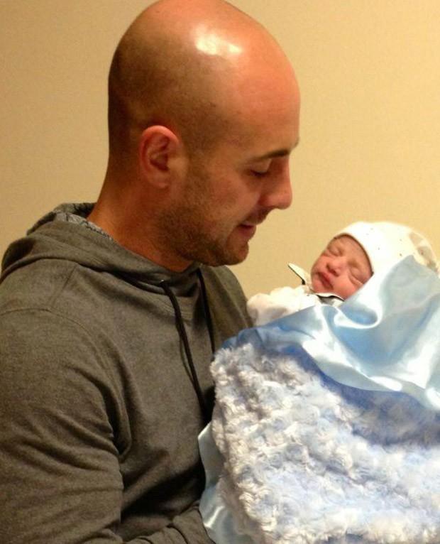 Pepe Reina apresenta o filho (Foto: Reprodução / Facebook)