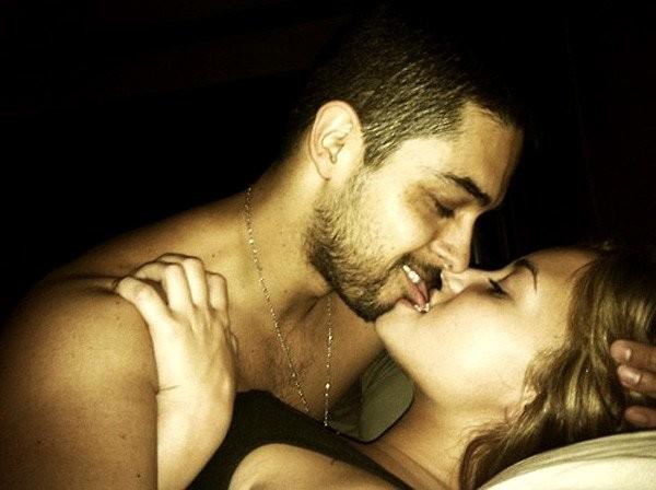 Valderrama e Lovato na cama. (Foto: Reprodução)