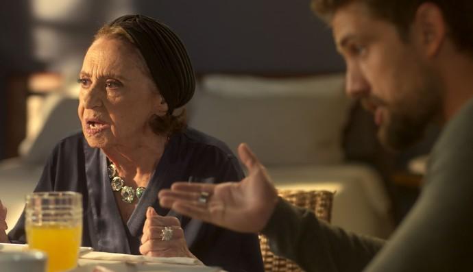 César tenta acalmar a avó (Foto: TV Globo)