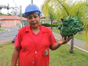 A artesã Joana D'arca Rosa deixou a vida de doméstica para trabalhar na 'Oficina de Natal', em Guararema (Foto: Carolina Paes/G1)