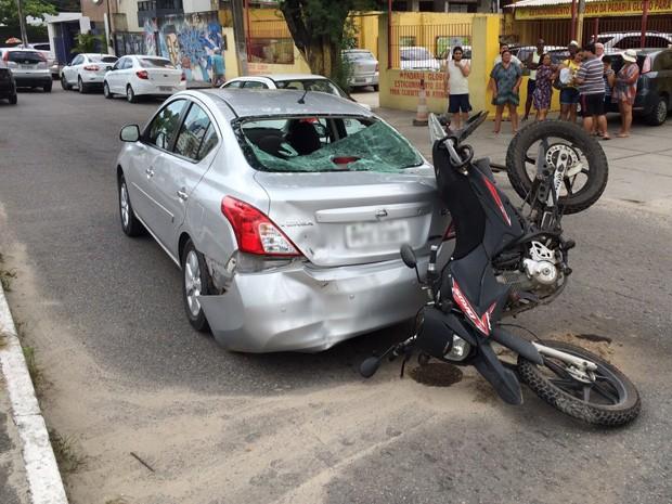 Motocicleta bateu na traseira de carro no bairro de Candeiras, em Jaboatão dos Guararapes (Foto: Paulo Lima / WhatsApp)
