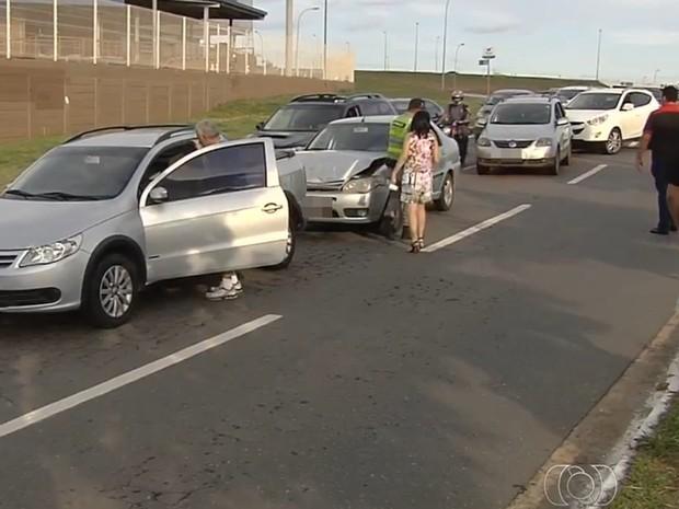 Quatro veículos se envolveram em engavetamento na GO-020, em Goiânia, Goiás (Foto: Reprodução/TV Anhanguera)