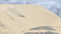Assoreamento e dunas isolam Lagoa do Portinho (Ellyo Teixeira/G1)