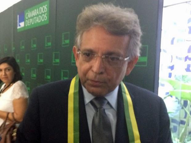 O líder do DEM na Câmara, Pauderney Avellino, durante entrevista no Salão Verde da Casa (Foto: Filipe Matoso/G1)