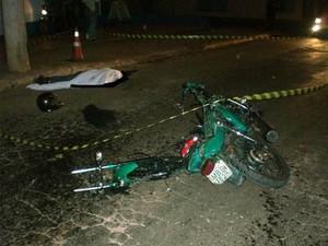 Motociclista colidiu contra um poste, na madrugada desta sexta (Foto: Polícia Militar/Divulgação)