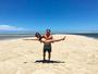 Lisandra Souto posa de biquíni no colo do noivo, Gustavo Fernandes