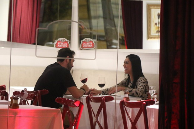 Ex-BBB Amanda em jantar a dois em restaurante em São Paulo (Foto: Thiago Duran/ Ag. News)