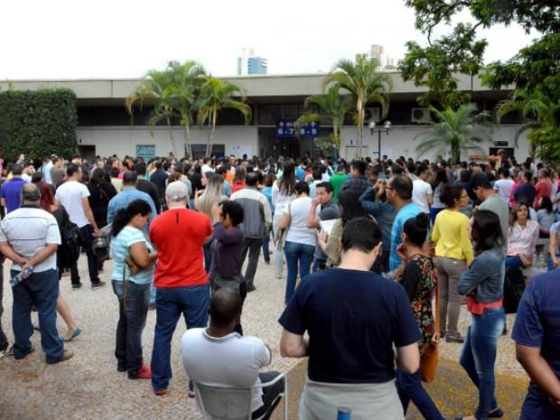 Candidatos chegam para fazer as provas no concurso da Assembleia Legislativa de Mato Grosso do Sul (Foto: Roberto Higa/ALMS)