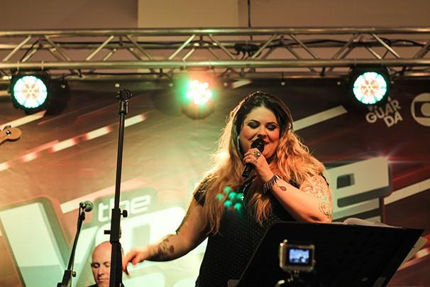Twyla, do The Voice, durante o pocket show organizado pela TV Vanguarda   (Foto: Fábio França/ Vanguarda)