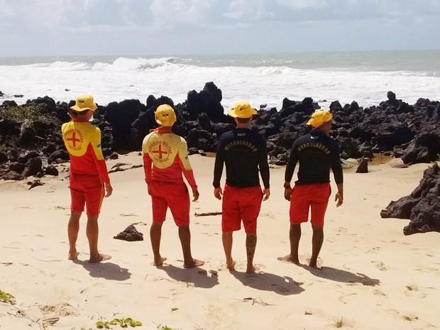 Corpo de Bombeiros do RN faz buscas na praia de Camurupim. Orla da praia tem muitas formações rochosas (Foto: Sesed/Divulgação)