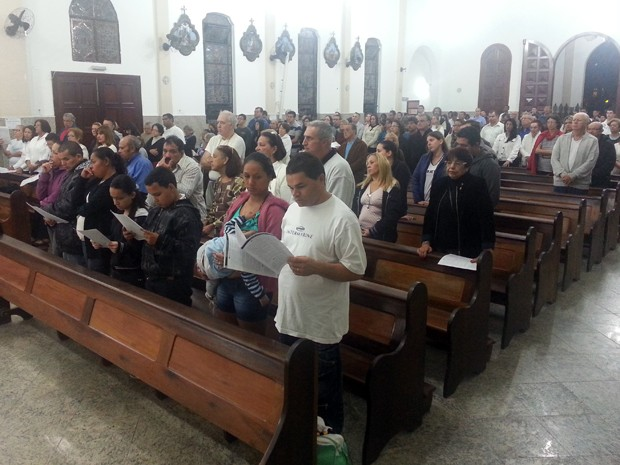Amigos de mulher morta por jogador realizam missa em Guarujá, SP (Foto: Ivair Vieira Jr/G1)