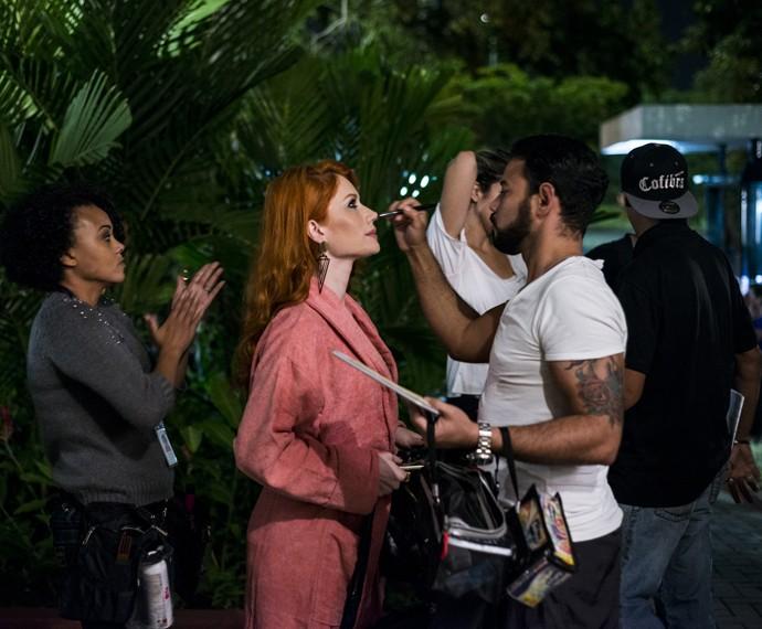 Gabriela Petry, que fará Jéssica Ursinha, uma mulher sedutora, recebe o retoque da maquiagem em intervalo de gravações (Foto: Ellen Soares/ Gshow)