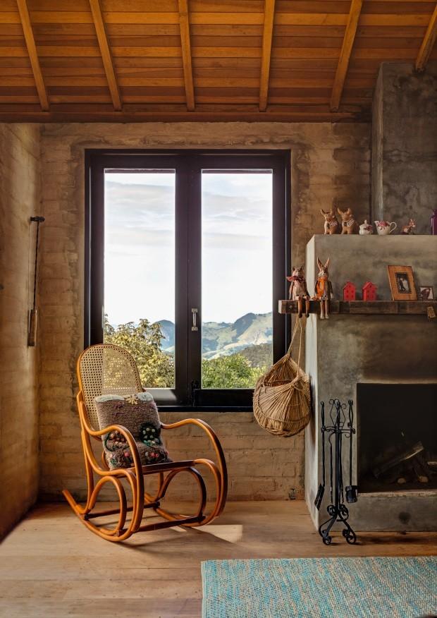 Casa com telhado de quatro águas, cimento queimado e tijolos aparentesem viés industrial-vintage (Foto: Edu Castello / Editora Globo)