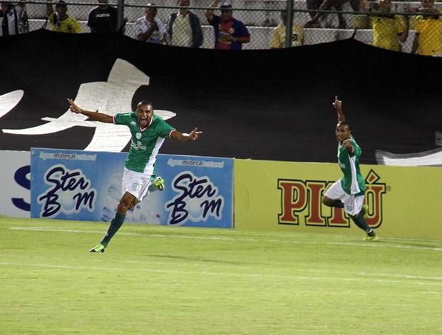 William Carioca, do Alecrim, marca um gol sobre o Náutico (Foto: Gabriel Peres/Divulgação)