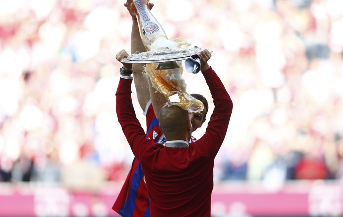 Bayern de Munique campeão alemão taça bundesliga, Van Buyten cerveja Guardiola (Foto: Reuters)