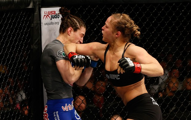 Ronda Rousey acerta Sara McMann no UFC 170 (Foto: Getty Images)
