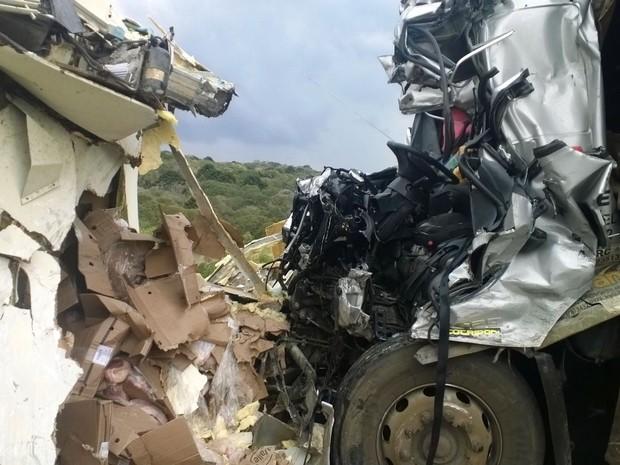 Parte dianteira dos caminhões ficaram completamente destruídas (Foto: Corpo de Bombeiros/Divulgação)