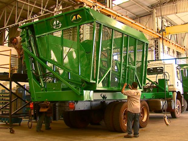 Crise afeta fábricas de máquinas agrícolas da região de Matão (Foto: Reginaldo Santos/ EPTV)