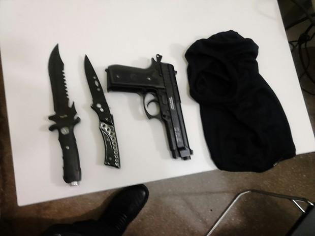 Armas apreendidas estavam embaixo do banco de carro (Foto: Capitão Styvenson Valentim/G1)