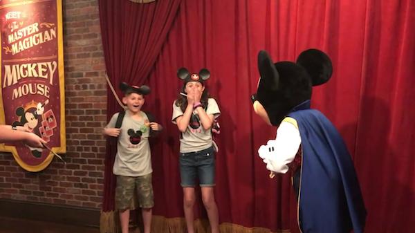 As crianças emocionadas na Disney ao saberem que estavam sendo adotadas (Foto: Facebook)