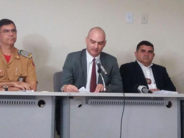 Caio Bezerra, secretário de Segurança Pública do RN (ao centro), durante a coletiva sobre a Operação Carnaval 2017 (Foto: Fred Carvalho/G1)