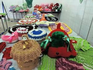 Detentas passaram por capacitação para aprender a fazer pelúcias, crochê, bijouterias e sandálias (Foto: Divulgação / Ascom Susipe)