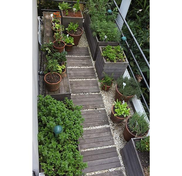 A horta organizada com vasos de barro e madeira cumaru fica na varanda de um apartamento. Projeto da arquiteta Mônica Lauretti (Foto: Renato Corradi/Editora Globo)