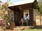Pai constrói casa para filha não esperar ônibus escolar na chuva