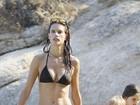 Alessandra Ambrósio exibe boa forma de biquíni em praia na Grécia