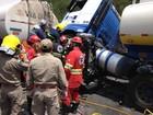 Acidente grave envolvendo 2 carros e 3 caminhões mata uma pessoa no PR