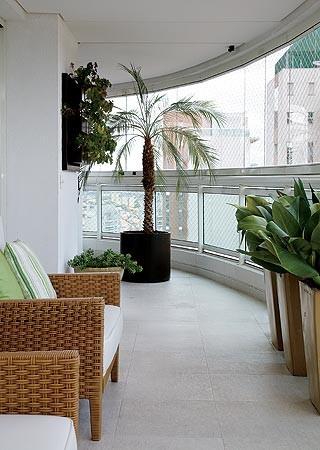 Do lado oposto, o vaso redondo com palmeira-fênix suaviza  a curvatura da varanda (Foto: Casa e Jardim)
