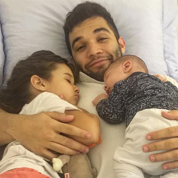 Jonathan Costa com os filhos, Maithe e Salvatore (Foto: Instagram/ Reprodução)