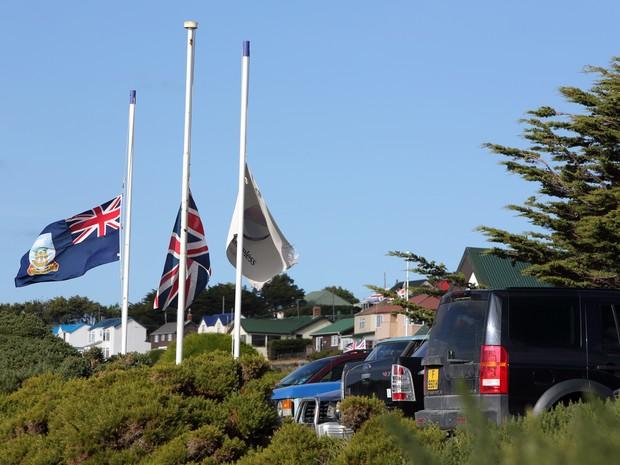 Bandeira meio mastro nas Ilhas Malvinas. (Foto: Tony Chater/AFP)