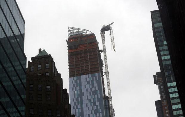Grua parcialmente caída nesta segunda-feira (29) sobre prédio na Rua 57, em Manhattan (Foto: AP)