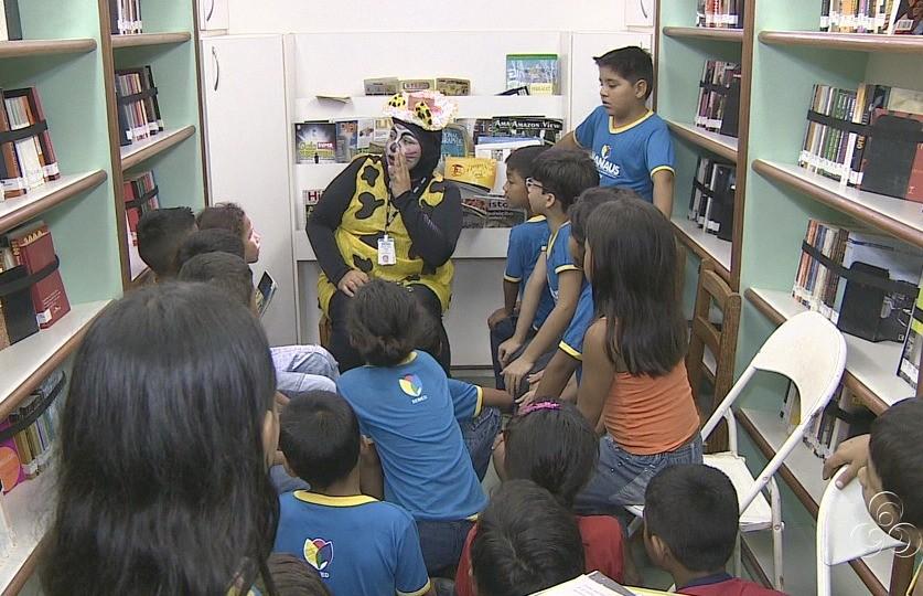 A biblioteca itinerante do Sesc fez sucesso entre a criançada (Foto: Jornal do Amazonas)