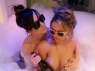 Ex-BBB Serginho toma banho com amiga com direito a mão boba
