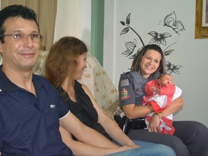 David, Silene e a cabo Marina ouviram juntos a gravação do atendimento durante o parto de Laura, em Itaquaquecetuba (Foto: Jamile Santana/G1)