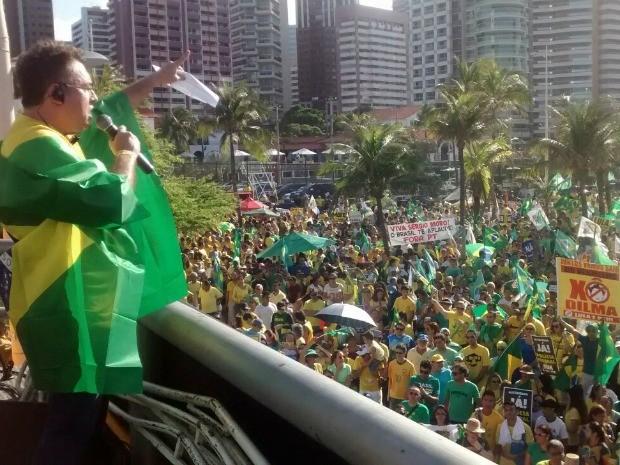 Manifestantes em Fortaleza declaram apoio aos deputados e senadores que se posicionam a favor do impeachment de Dilma Rousseff (Foto: Lena Sena/G1)