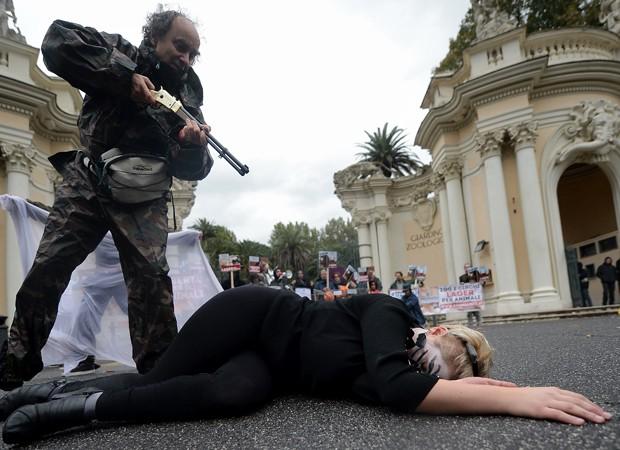 Manifestantes encenaram 'caçada' contra ativistas vestidos de animais (Foto: Filippo Monteforte/AFP)