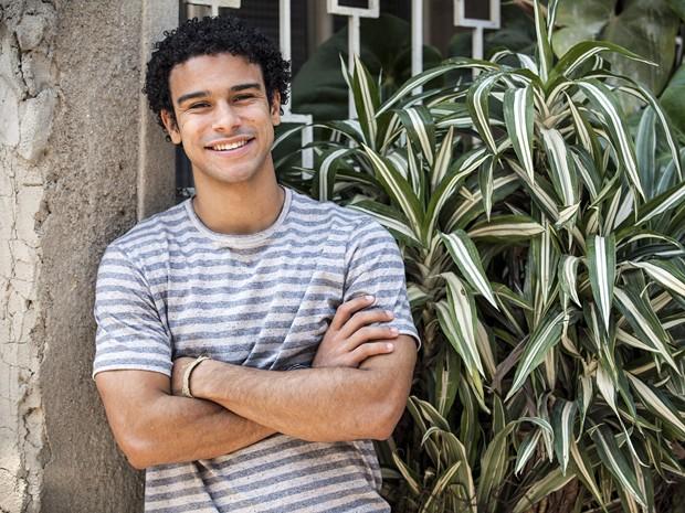 Sérgio Malheiros vive o trabalhador Emerson, em Alto Astral (Foto: Raphael Dias / Gshow)