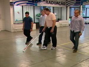 Estudantes de engenharia de Mogi desenvolvem bengala com senso para auxiliar deficientes visuais (Foto: Reprodução/TV Diário)