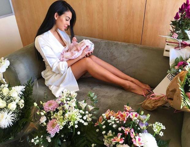 Alana Martina, filha de Cristiano Ronaldo, com a mãe (Foto: Reprodução / Instagram)