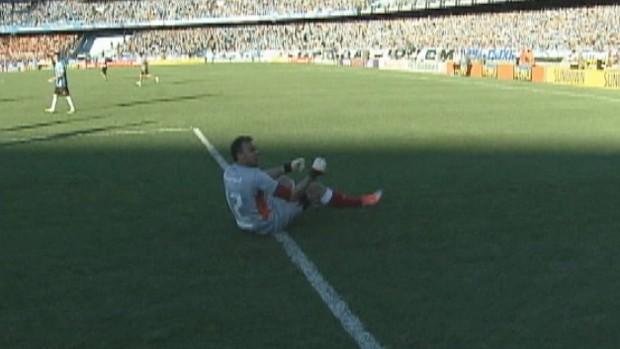 Goleiro Renan imitou Kidiaba após o término do Gre-Nal (Foto: Reprodução/RBS TV)